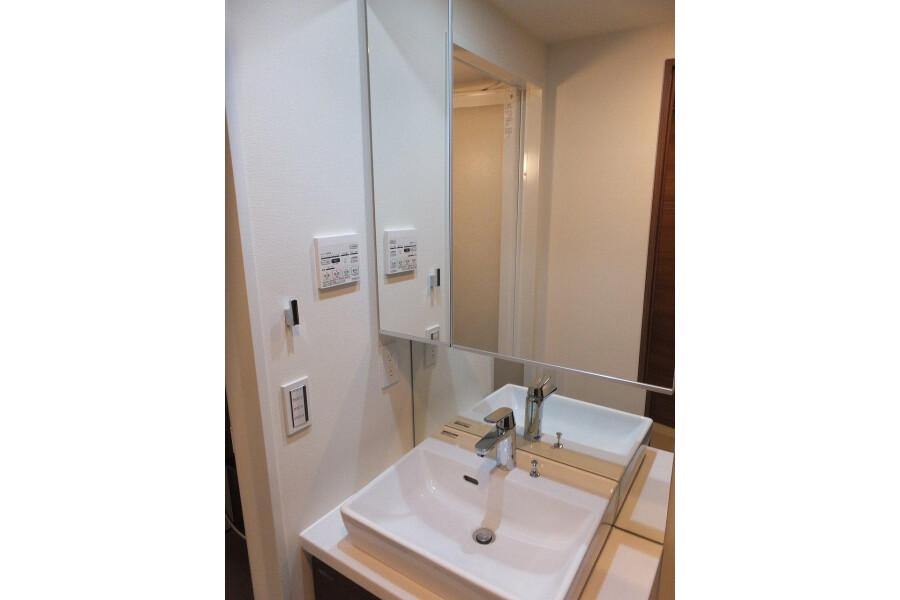 1K Apartment to Rent in Bunkyo-ku Washroom