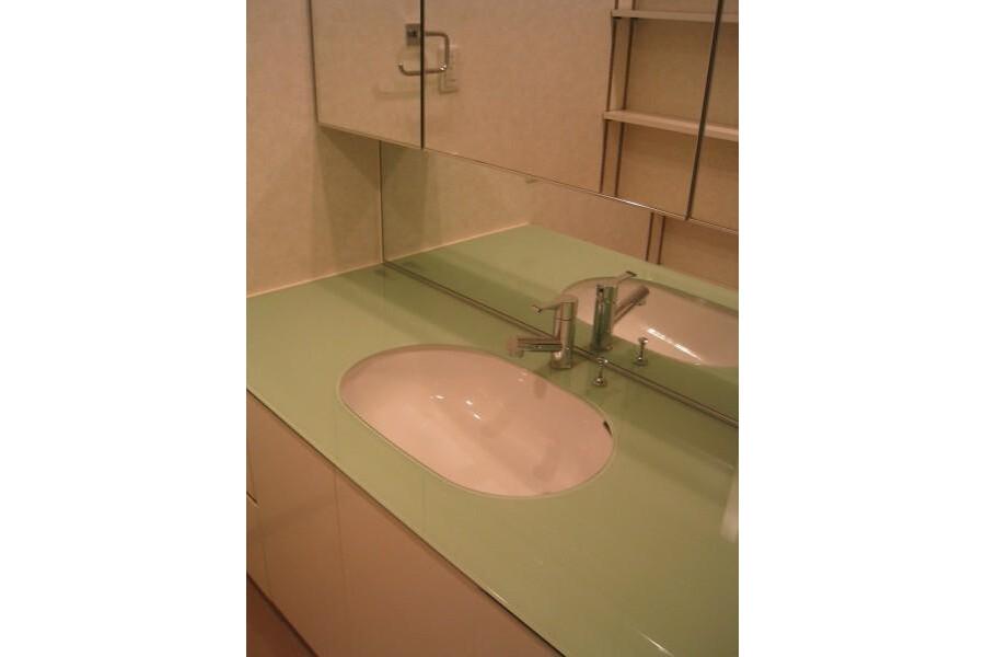 3LDK Apartment to Rent in Yokohama-shi Naka-ku Washroom