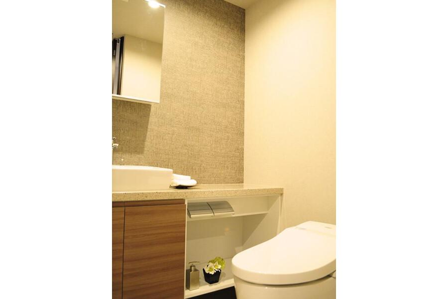 3LDK Apartment to Buy in Chiyoda-ku Toilet