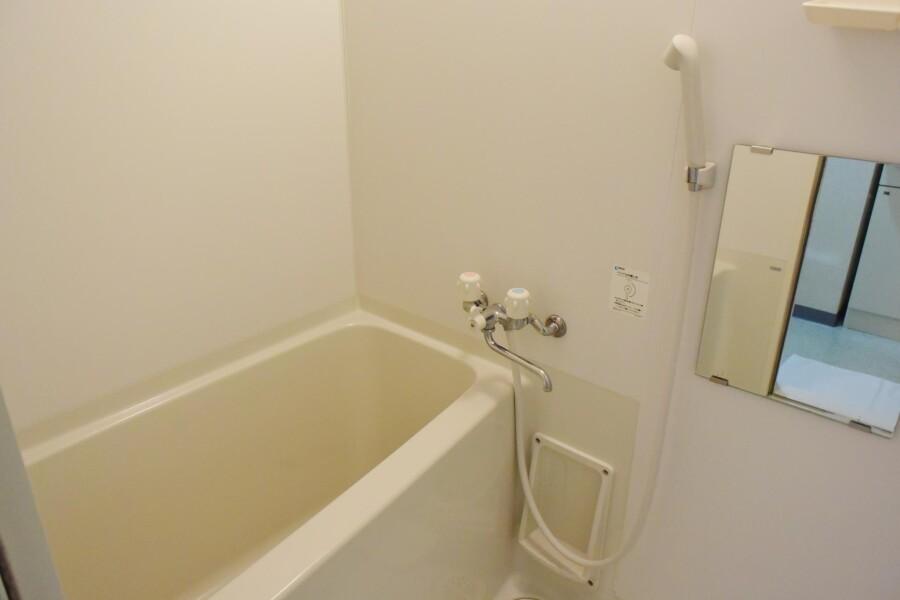 1K Apartment to Rent in Osaka-shi Chuo-ku Bathroom