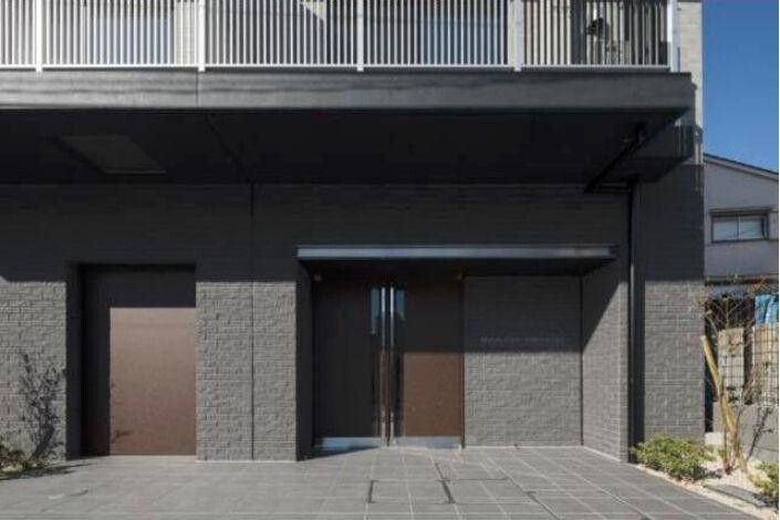 1K Apartment to Rent in Minato-ku Building Entrance