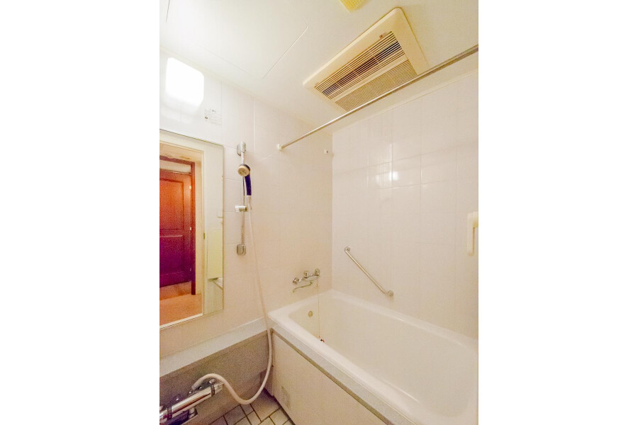 1LDK Apartment to Rent in Shinjuku-ku Bathroom