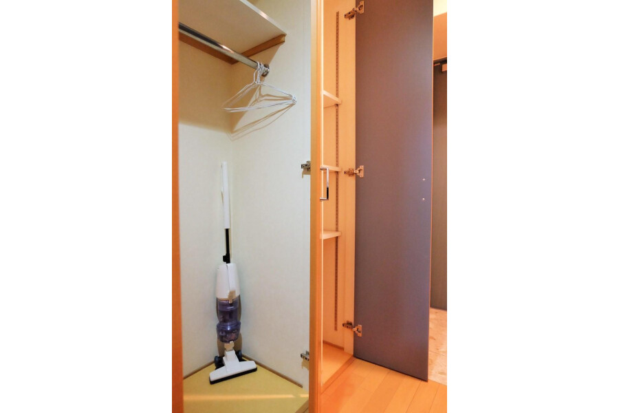 1K Apartment to Rent in Osaka-shi Kita-ku Storage