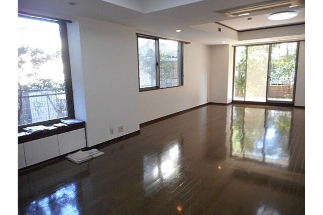 3LDK Apartment to Rent in Yokohama-shi Naka-ku Living Room