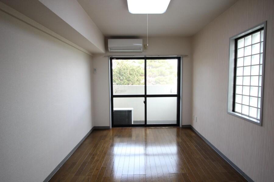 1K Apartment to Rent in Kawasaki-shi Tama-ku Living Room