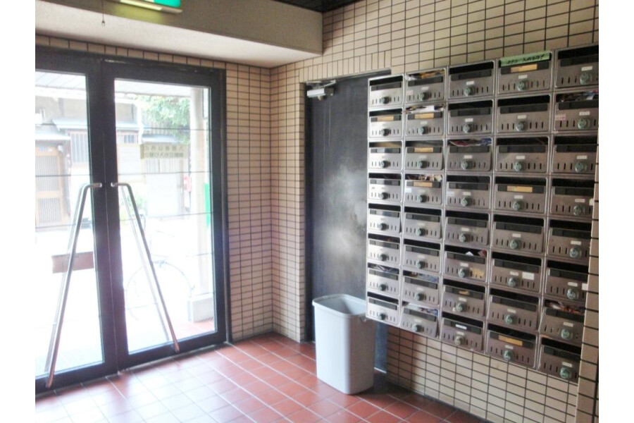 1R Apartment to Rent in Osaka-shi Nishiyodogawa-ku Entrance Hall