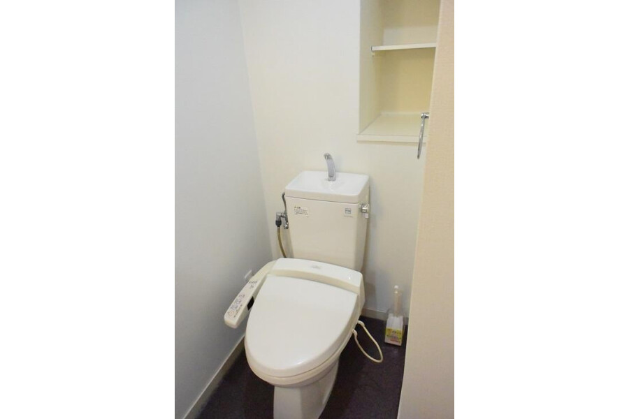 1K Apartment to Rent in Osaka-shi Naniwa-ku Toilet