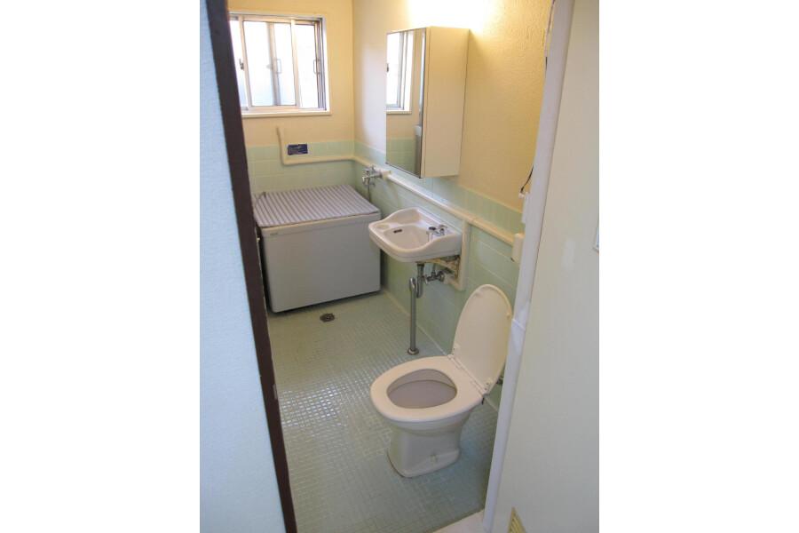 2DK Apartment to Rent in Shinjuku-ku Bathroom