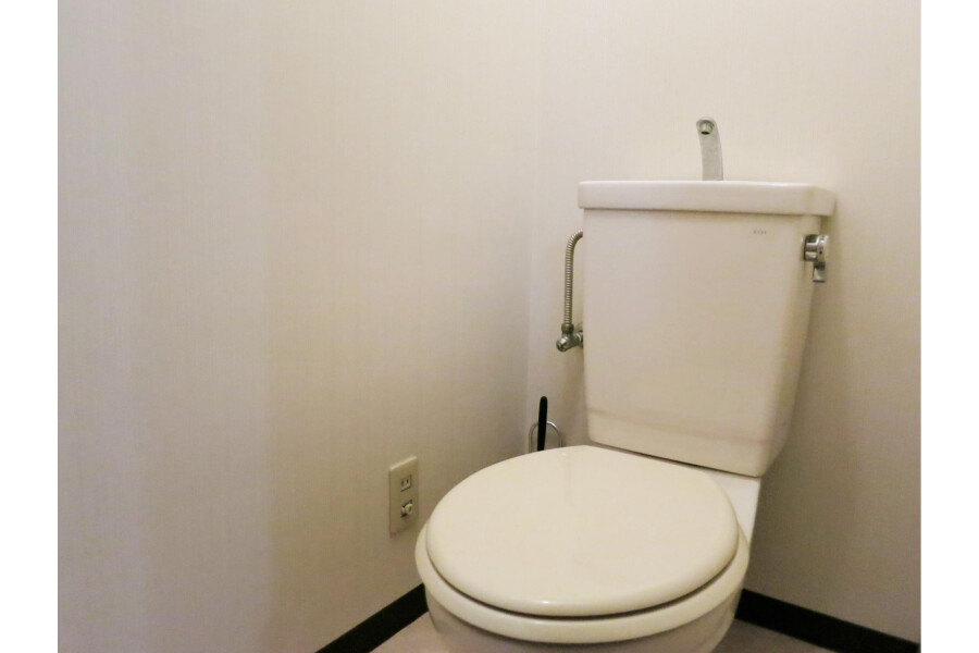 1K Apartment to Rent in Osaka-shi Minato-ku Toilet