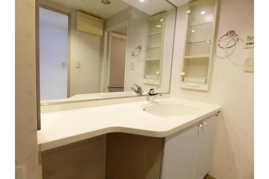 2SLDK Apartment to Rent in Yokohama-shi Kohoku-ku Washroom