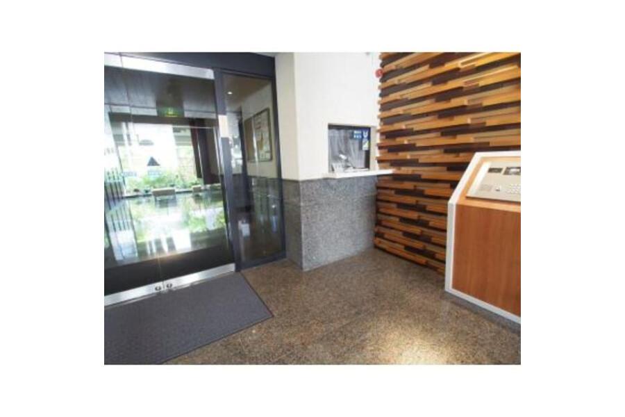 3LDK Apartment to Rent in Meguro-ku Entrance Hall