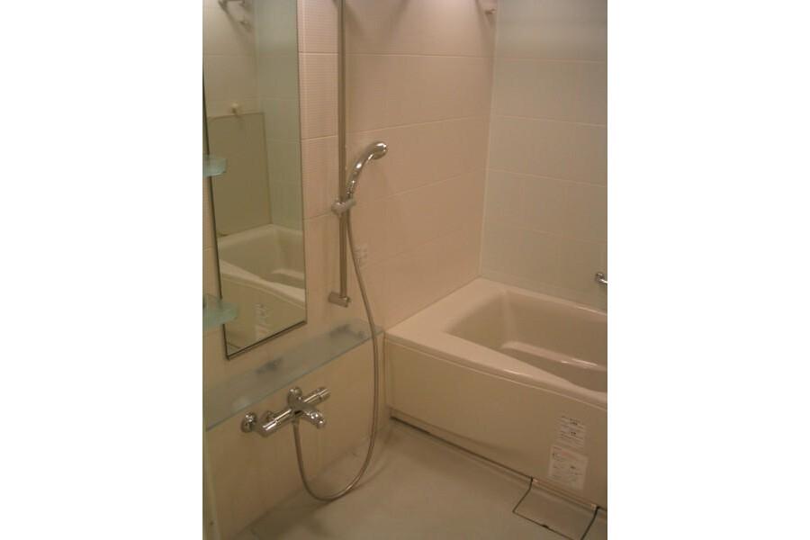 3LDK Apartment to Rent in Yokohama-shi Naka-ku Bathroom