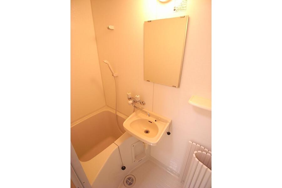 1R Apartment to Rent in Bunkyo-ku Bathroom
