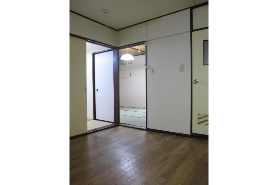 2DK Apartment to Rent in Shinjuku-ku Entrance
