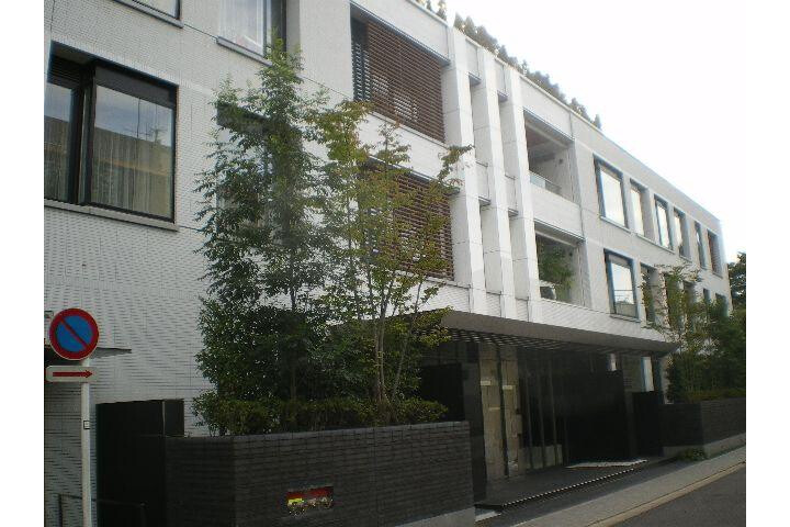 4LDK Apartment to Rent in Minato-ku Exterior
