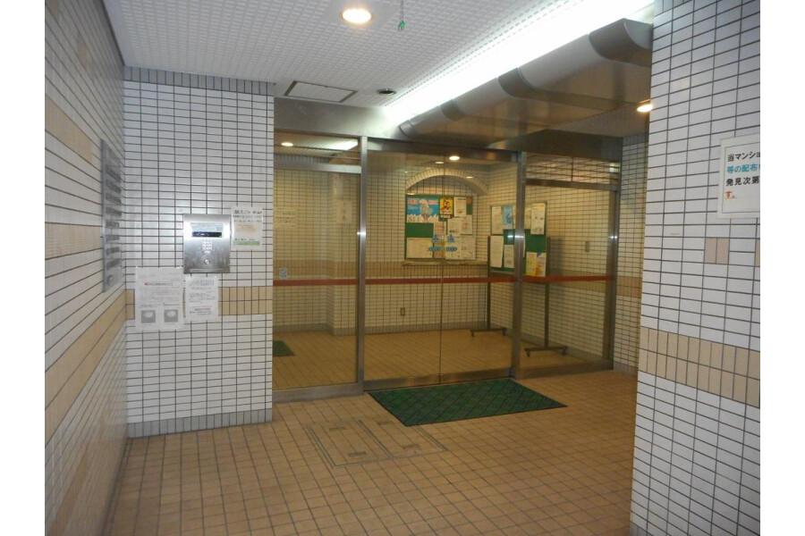 1K Apartment to Rent in Osaka-shi Ikuno-ku Entrance Hall