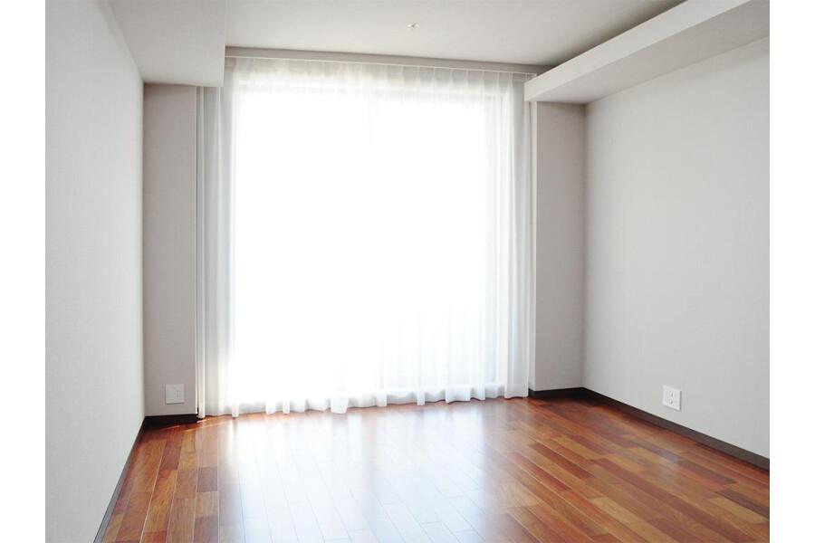 3LDK Apartment to Buy in Chiyoda-ku Bedroom