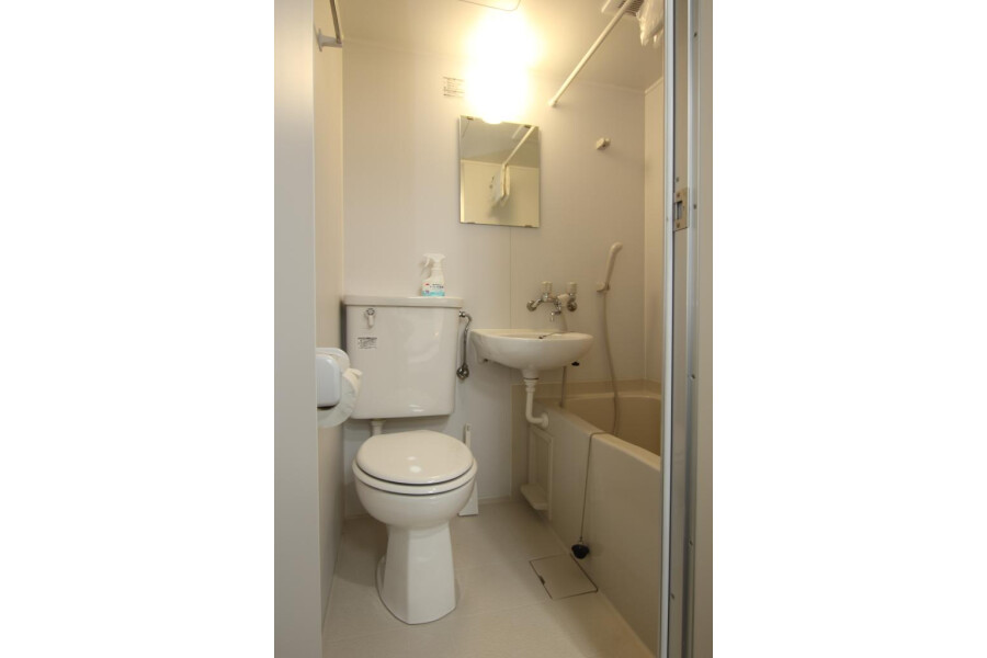 1R Apartment to Rent in Yokohama-shi Tsurumi-ku Toilet