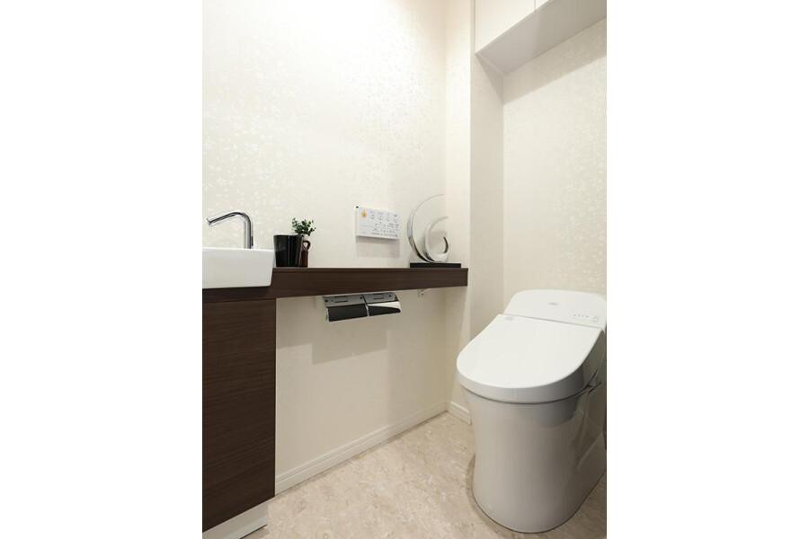 2SLDK Apartment to Buy in Meguro-ku Toilet