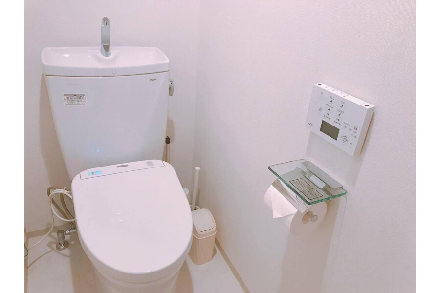 1LDK Apartment to Rent in Chuo-ku Toilet