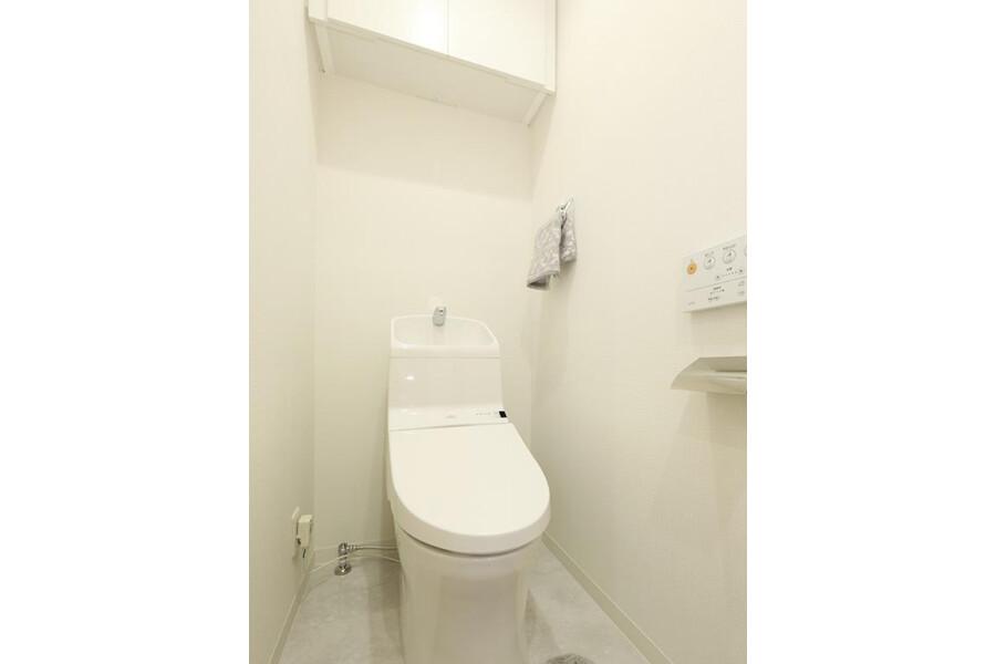 2LDK Apartment to Buy in Bunkyo-ku Toilet