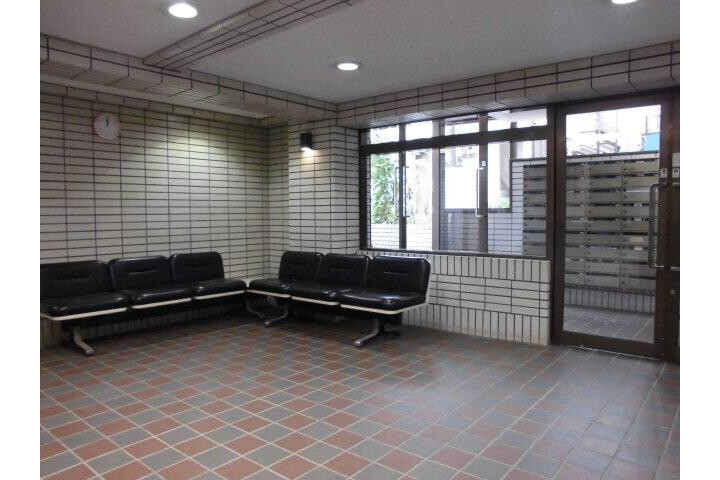 1K Apartment to Rent in Meguro-ku Lobby
