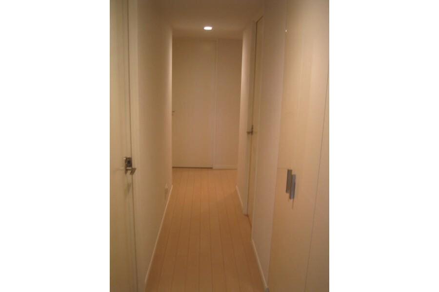 3LDK Apartment to Rent in Yokohama-shi Naka-ku Entrance