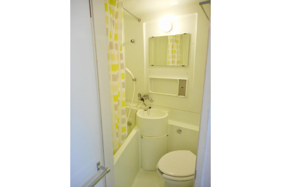 1R Apartment to Rent in Osaka-shi Chuo-ku Bathroom