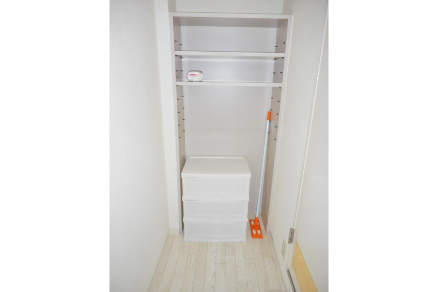 1R Apartment to Rent in Osaka-shi Chuo-ku Storage