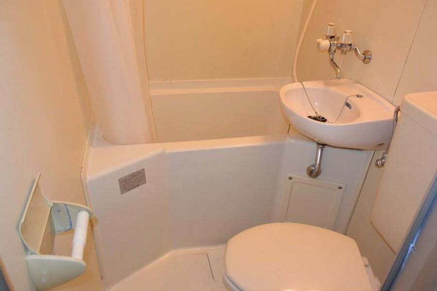 1R Apartment to Rent in Osaka-shi Nishiyodogawa-ku Bathroom