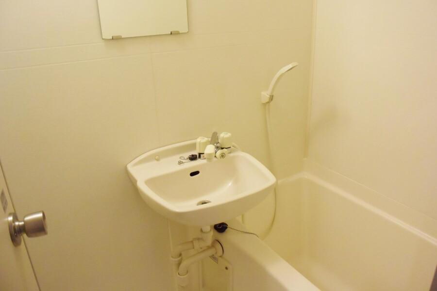 1K Apartment to Rent in Osaka-shi Miyakojima-ku Bathroom