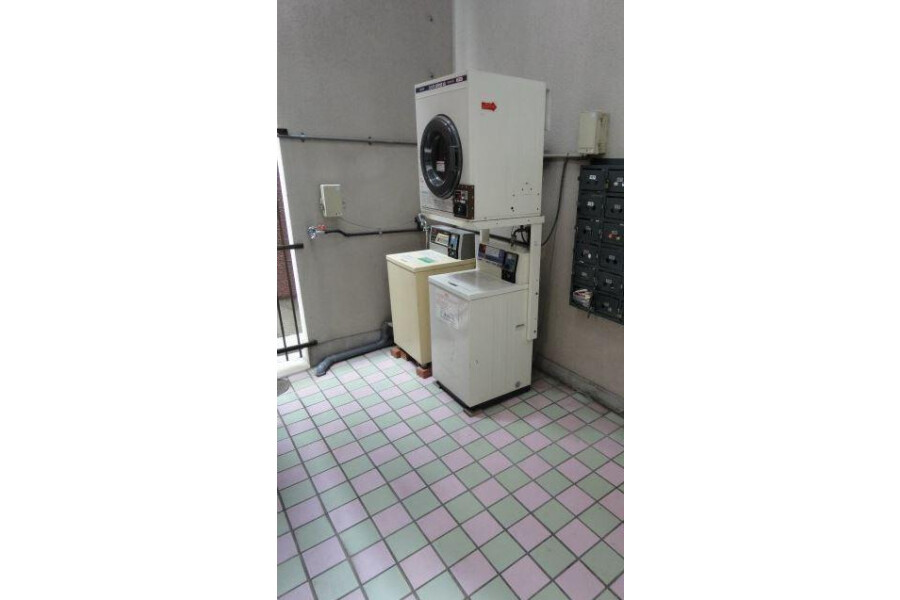 1R Apartment to Rent in Osaka-shi Higashisumiyoshi-ku Coin laundry